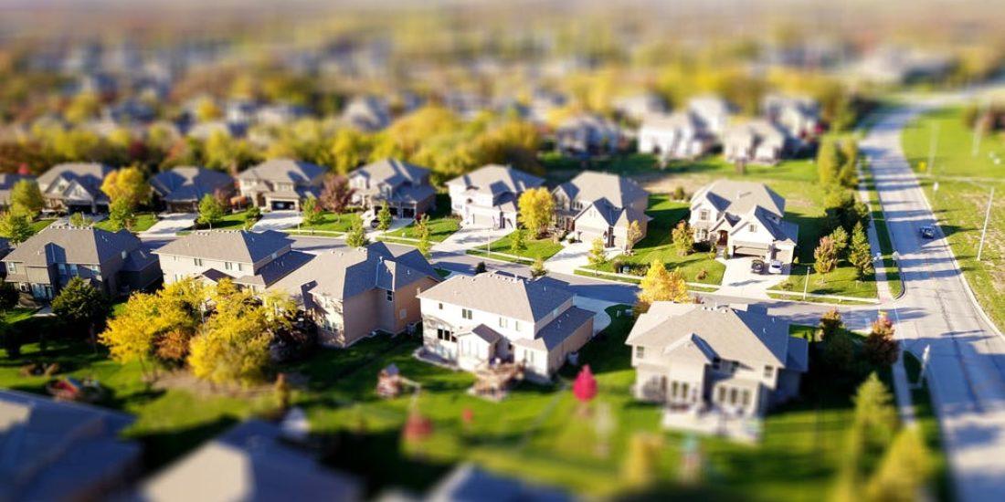 une-rue-avec-maisons